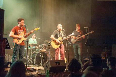 נתנאל לנדאו בבס, דני מאור בתופים ואלון פינקלשטיין בגיטרה חשמלית